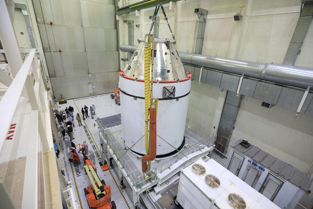 Ускорители на месте, корабль ждет, осталась центральная ступень: лунная ракета SLS готова к финальной сборке